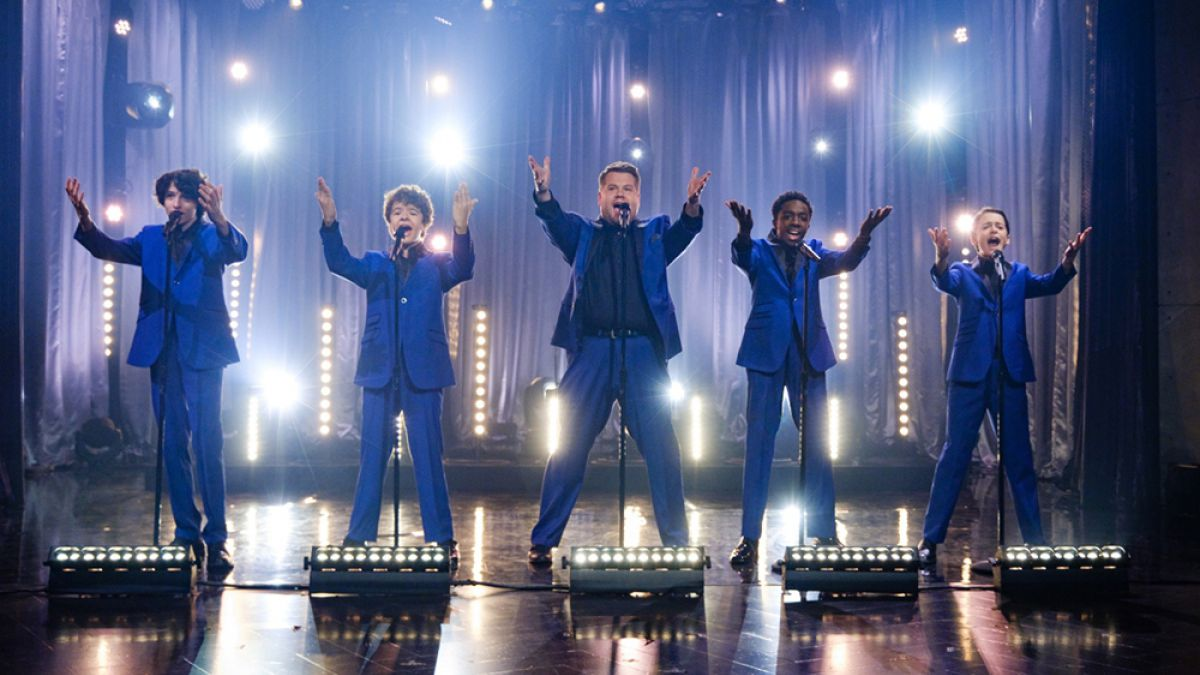 Actores de Stranger Things cantan con James Corden