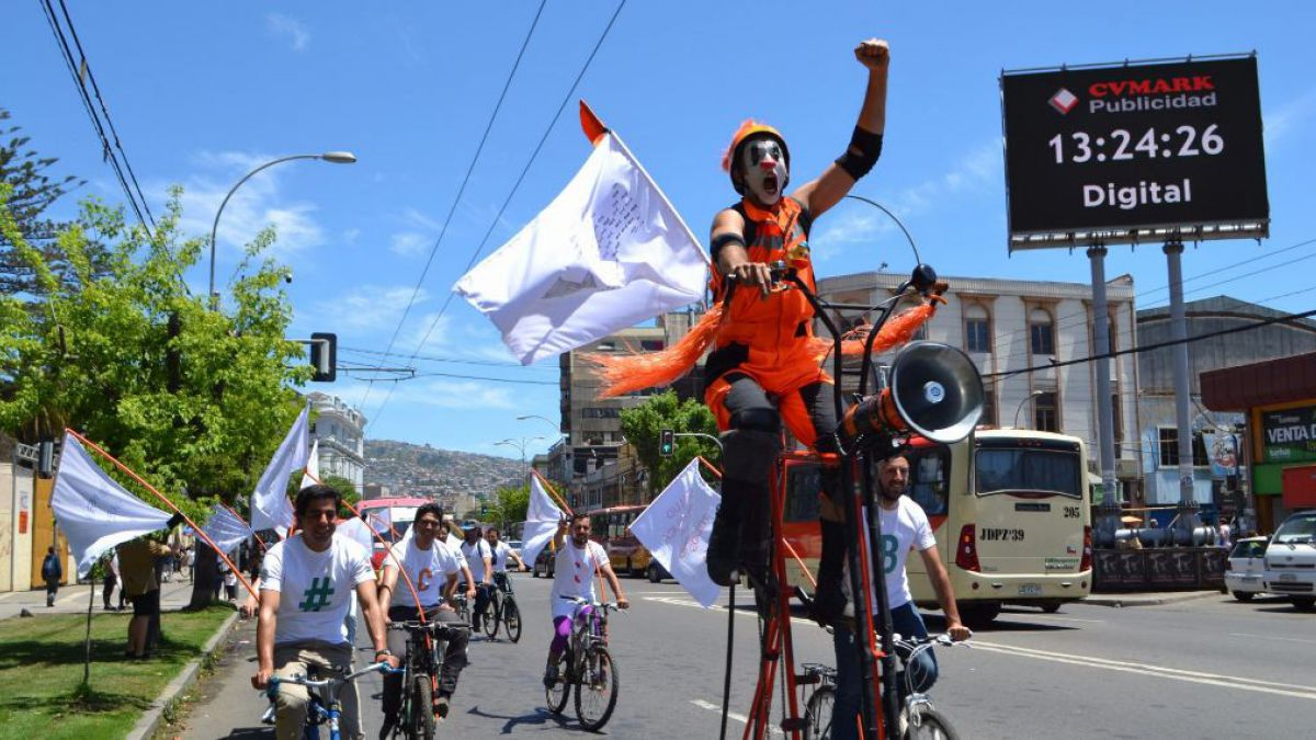Candidatos del Frente Amplio son detenidos tras realizar cicletada afuera del Congreso