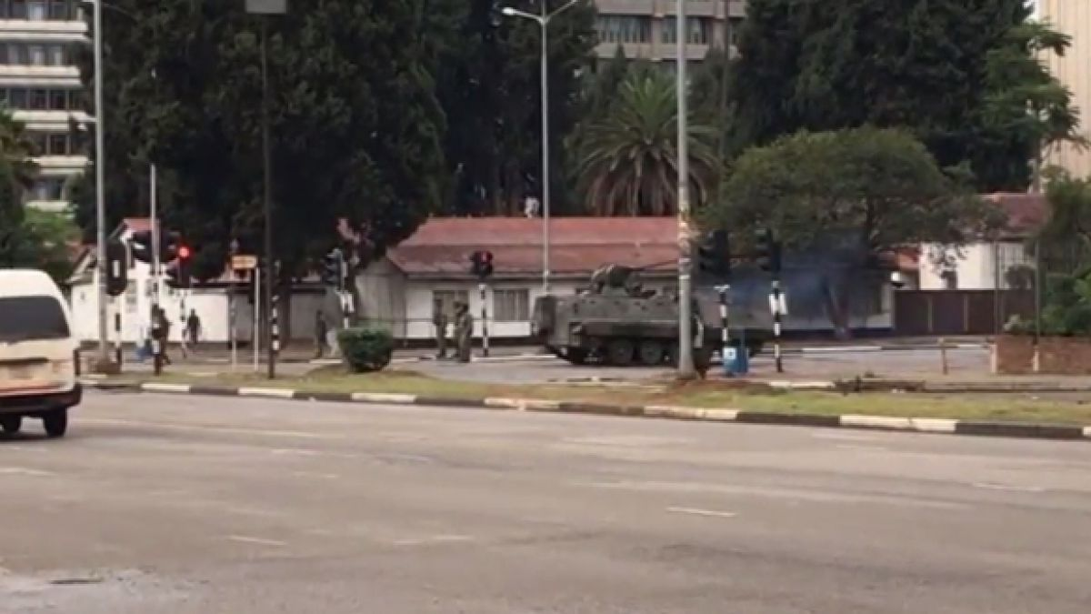 Militares de Zimbabwe ingresan con tanques a la capital