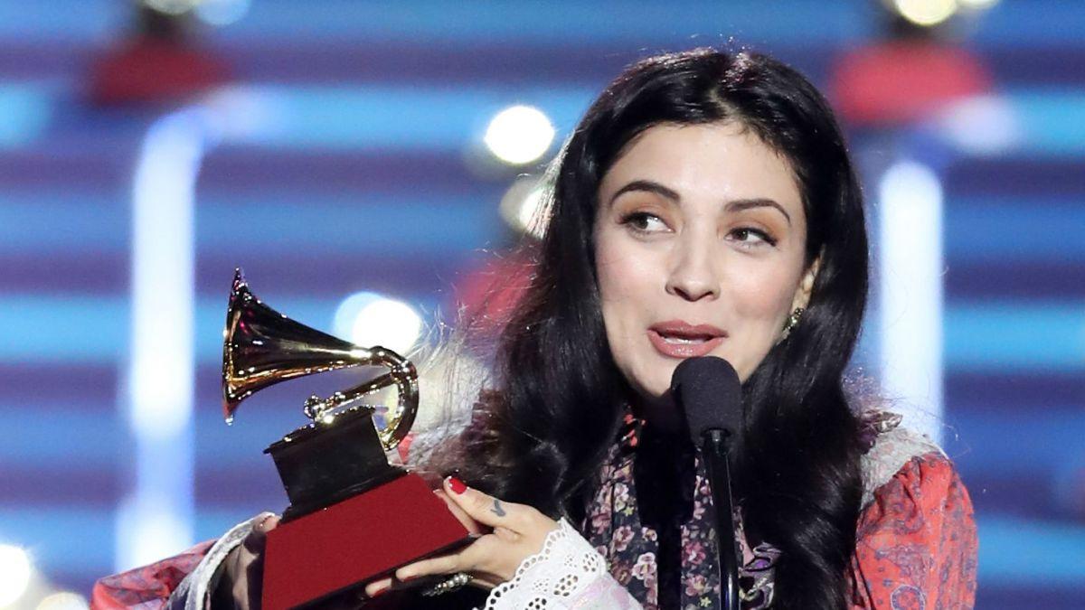 Mon Laferte llora al ganar su primer Grammy Latino