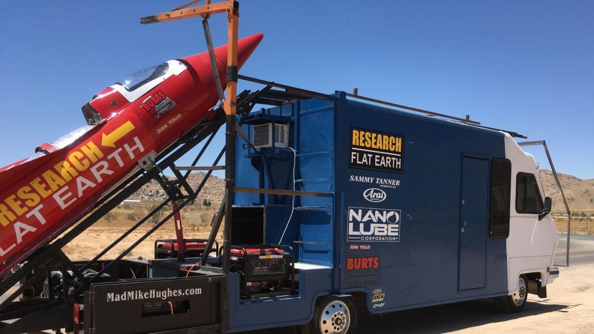 Hombre arma cohete casero para probar que la Tierra es plana