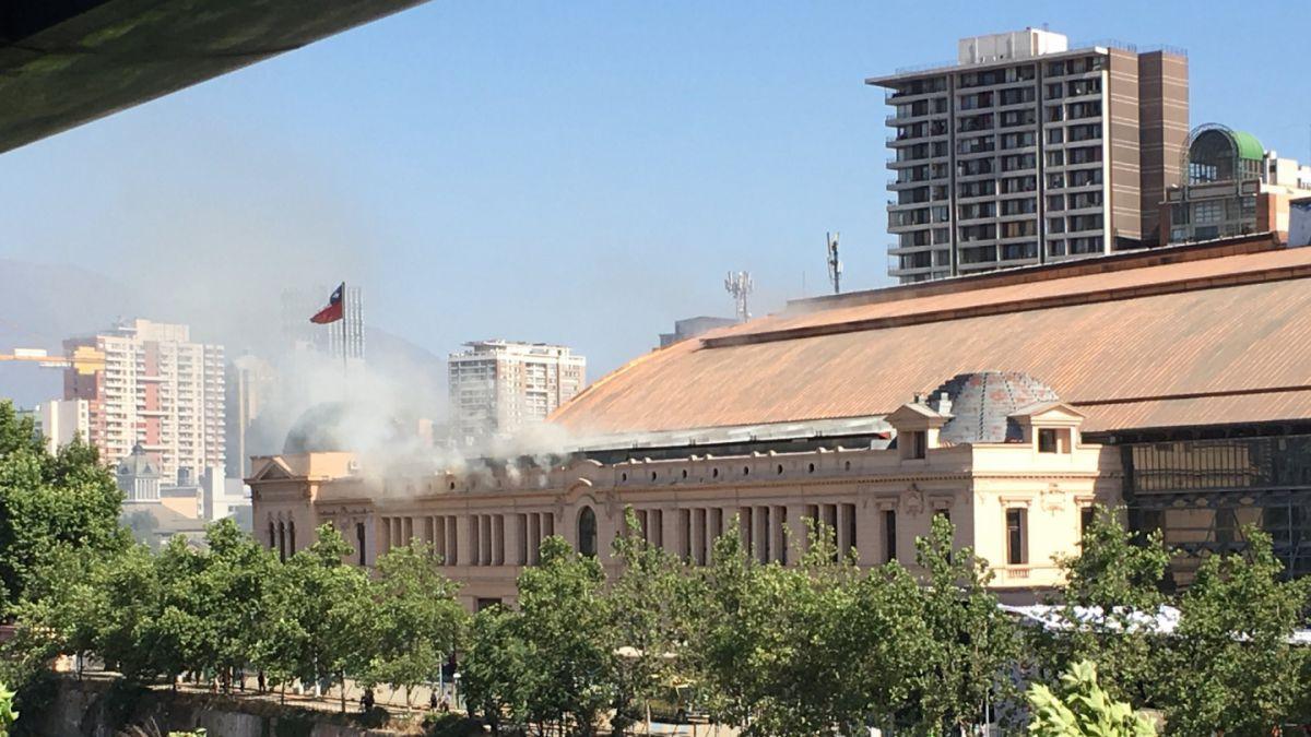 Bomberos controla incendio en Estación Mapocho