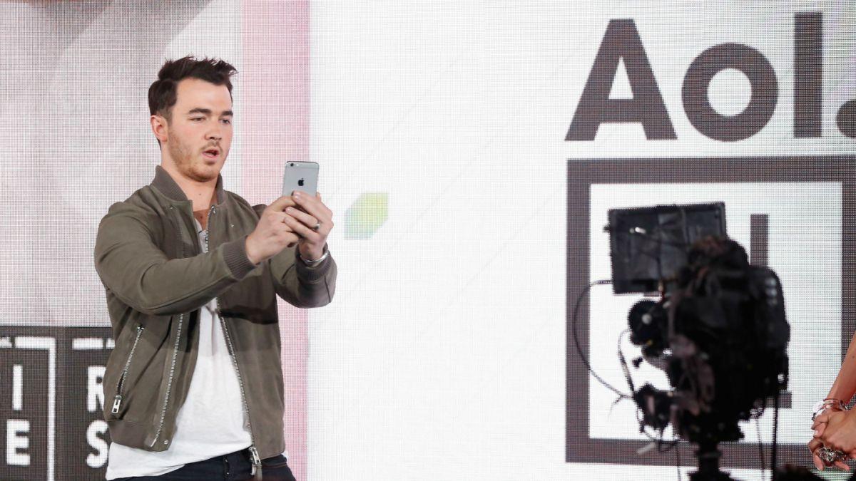 Cantante de Jonas Brothers declara como testigo en el FIFA Gate por una insólita razón