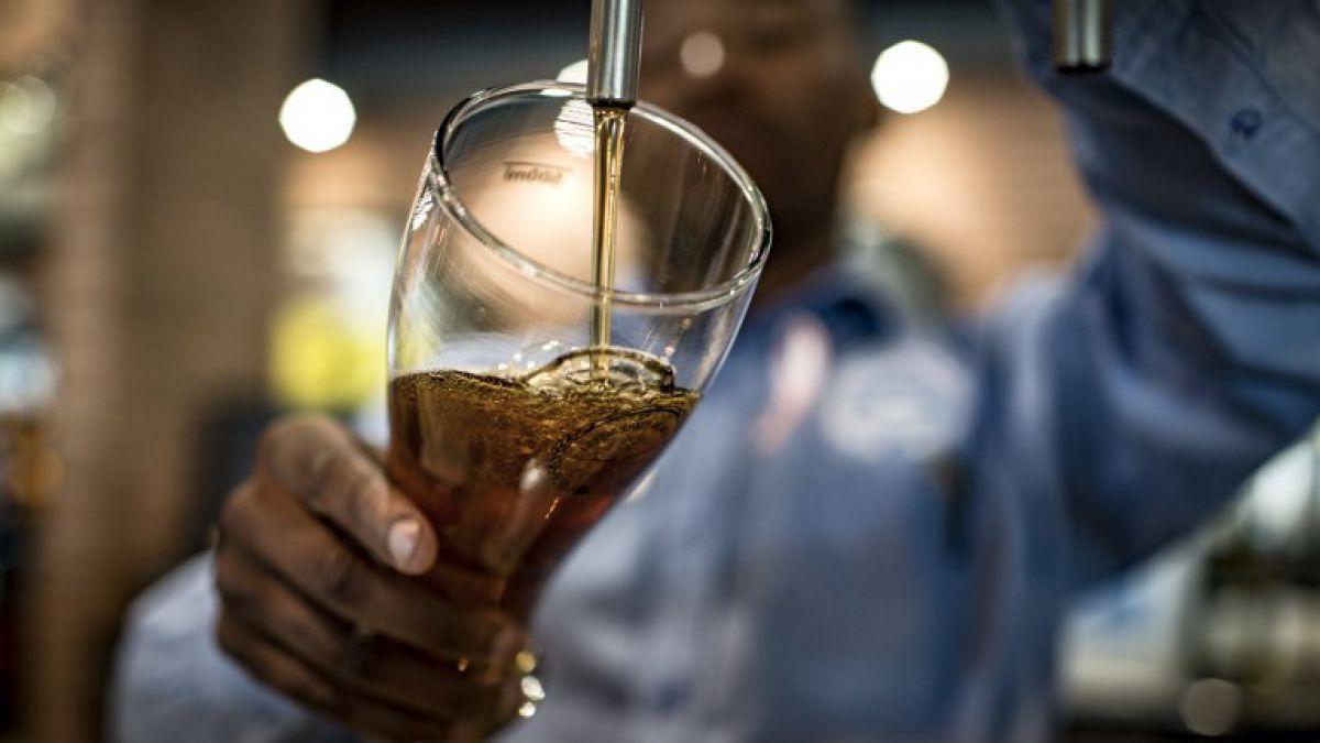Investigadores buscan a 25 personas para que beban cerveza por 56 días
