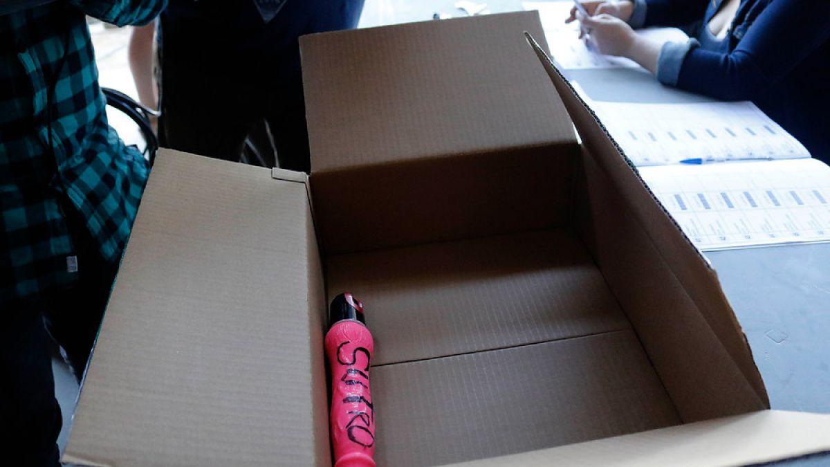 Vocales hallaron consolador en caja sellada con materiales del Servel — Insólito