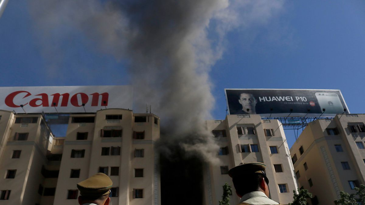 Incendio afecta edificio en Plaza Italia