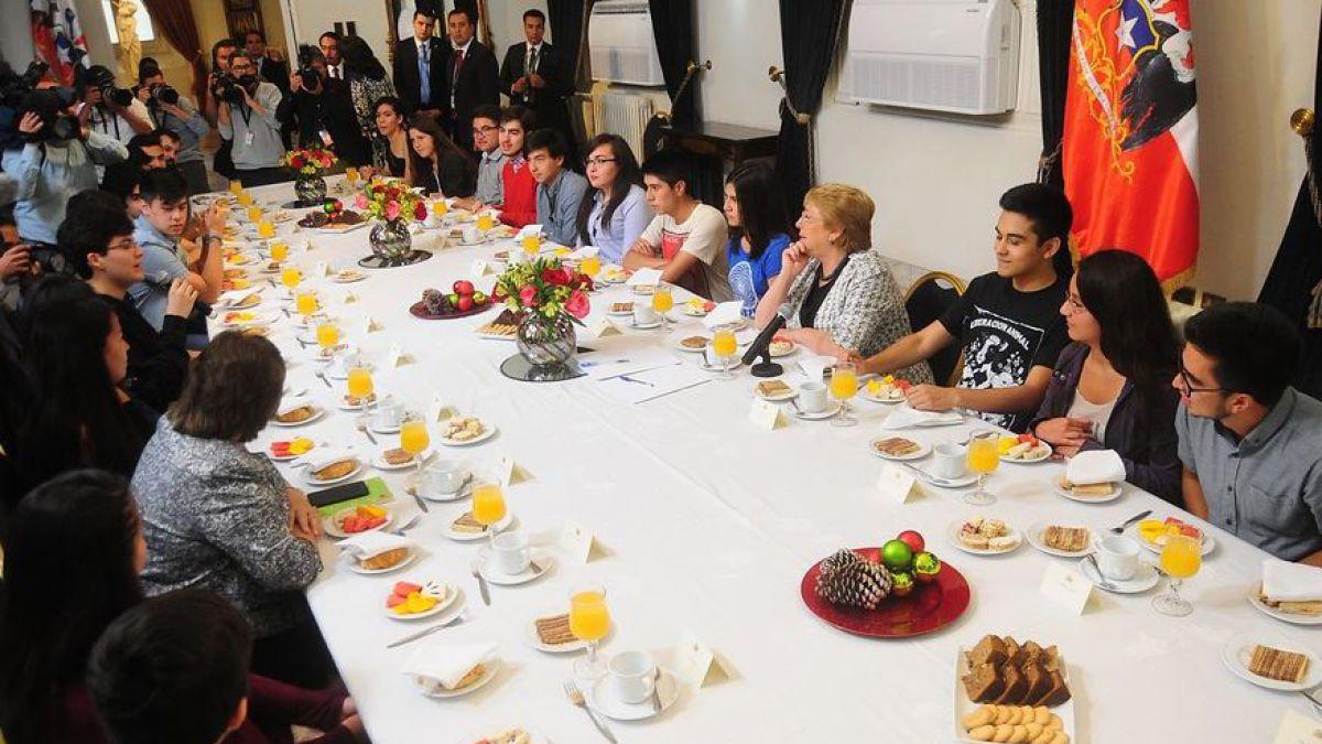 Bachelet desayuna con puntajes nacionales de la PSU: Son un orgullo para Chile