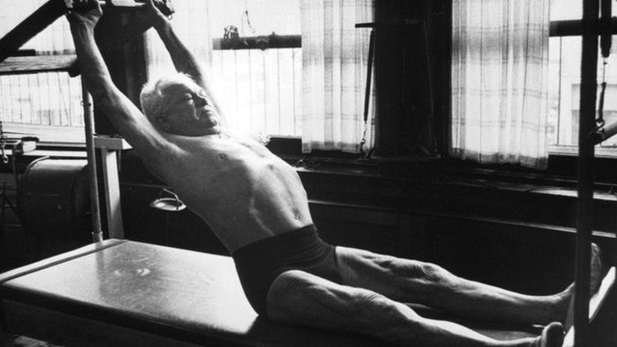 La increíble vida de Joseph Pilates, el hombre que creó el popular método de ejercicio