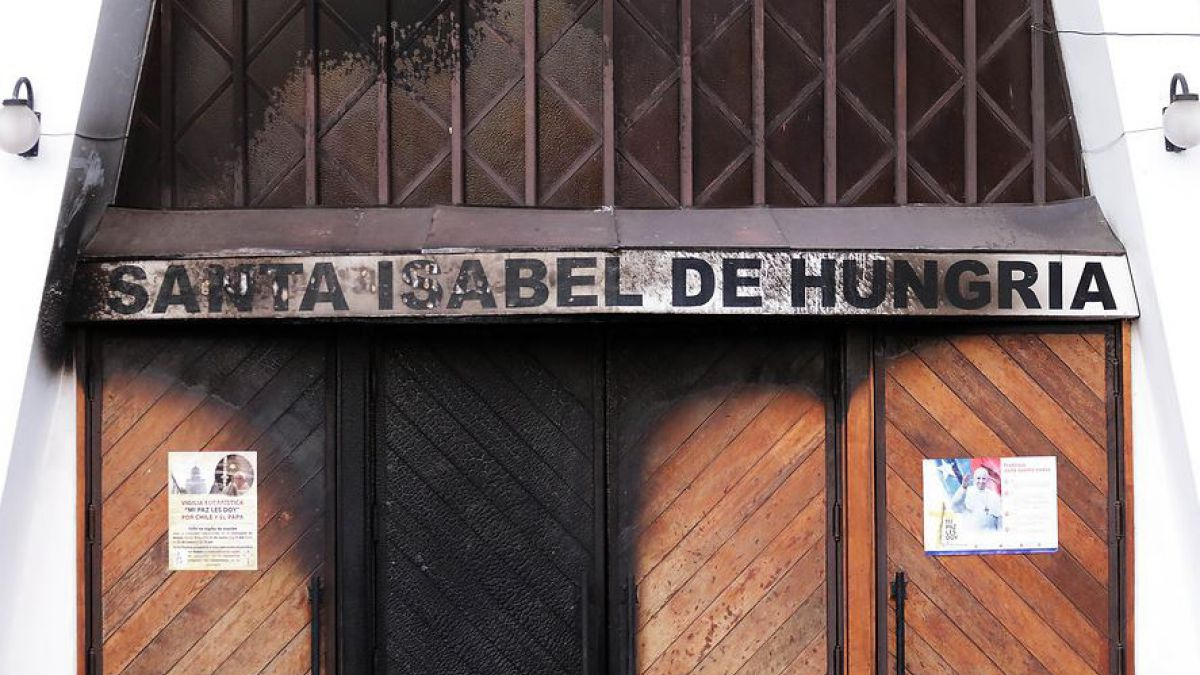 Arzobispado de Santiago condena ataques incendiarios a iglesias previo a visita papal