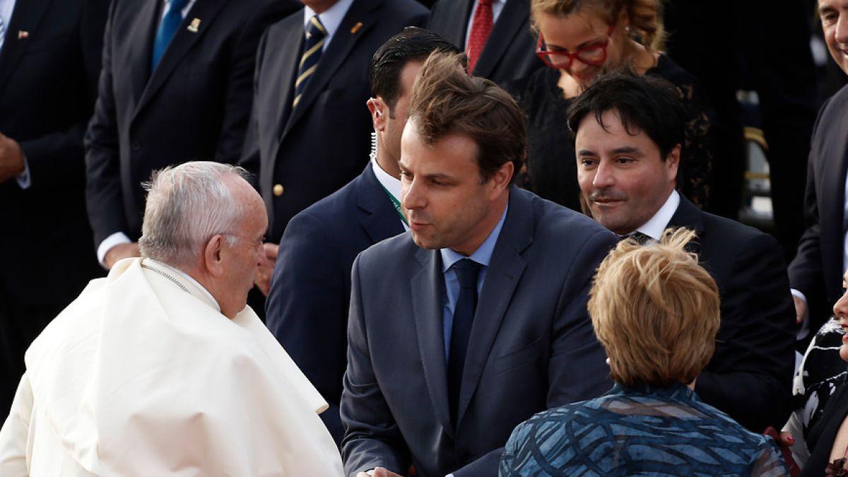 El primer impasse: Alcalde Codina rompe protocolo en llegada del Papa Francisco