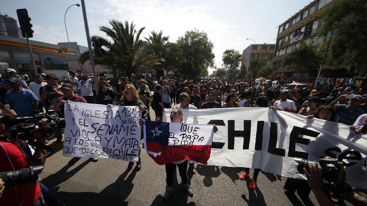 Llantos y detenidos: lo que dejaron las protestas afuera del Parque OHiggins