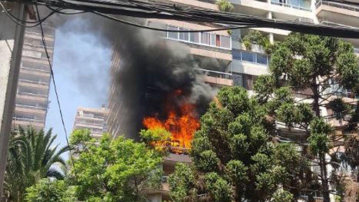 Bomberos logra controlar incendio en edificio de Las Condes