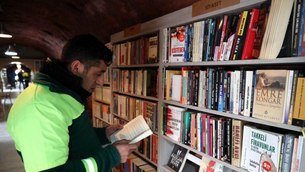 Trabajadores de la basura crean biblioteca con libros que son desechados