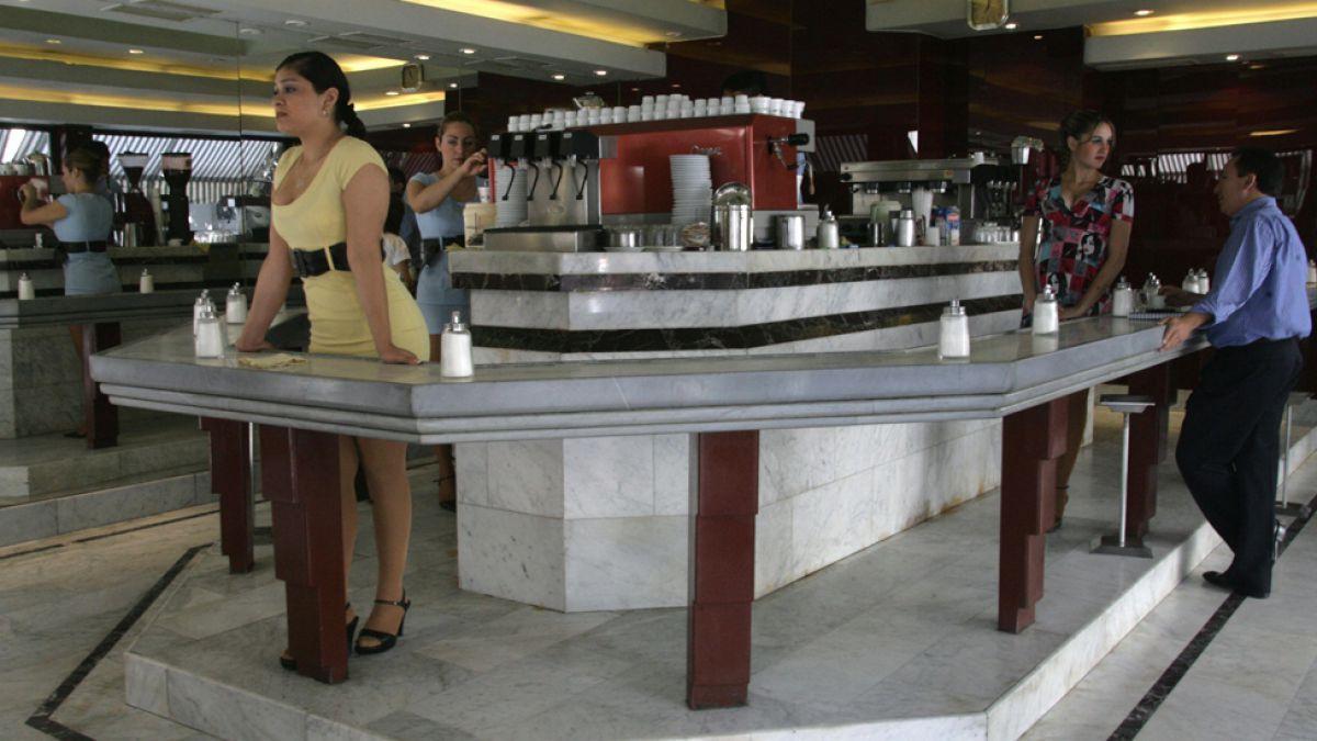 Vendemos una ilusión: cómo son y por qué se mantienen vigentes los café con piernas de Santiago