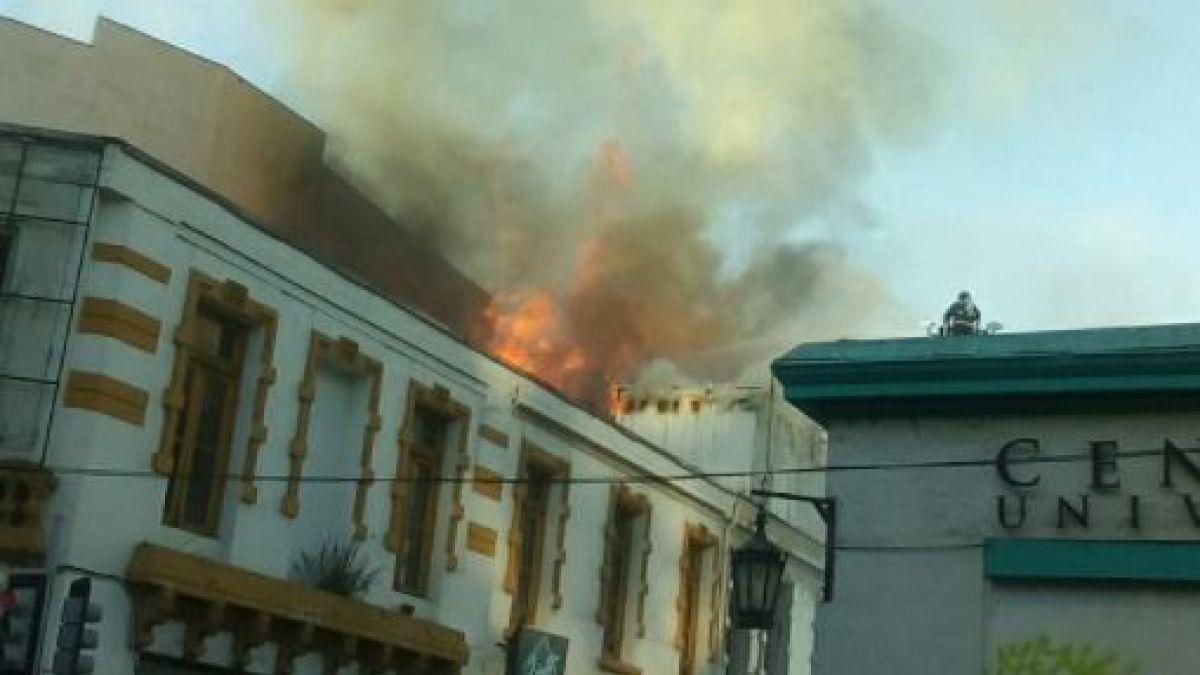 Incendio afecta a edificio en el centro de Valparaíso