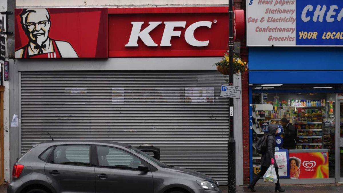 """Inusual """"crisis del pollo"""" obliga a KFC a cerrar varios locales"""