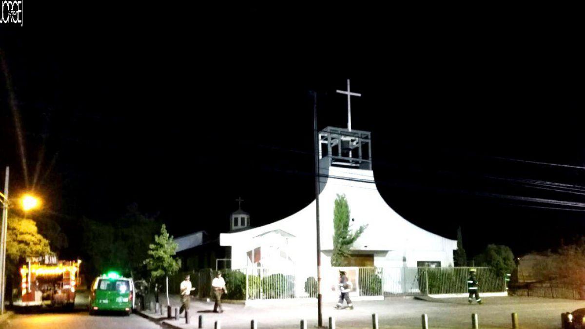 Desconocidos atacan con bombas molotov a parroquia en Puente Alto