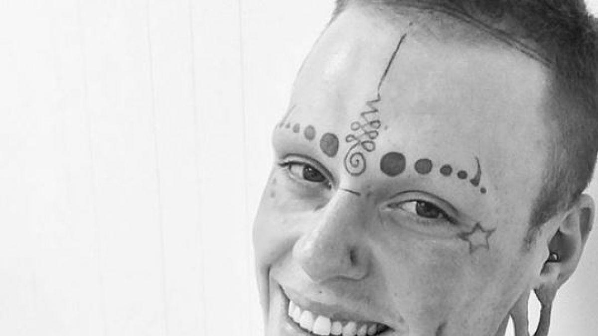 Joven cubrió su piel con tinta negra de tatuaje