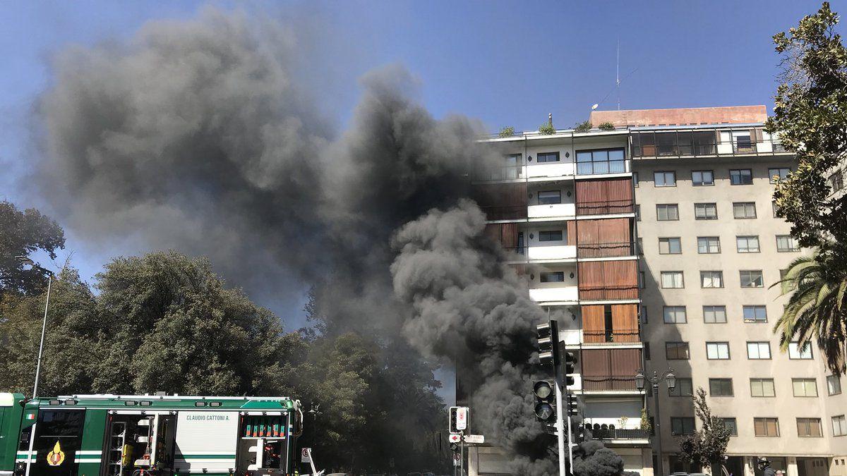 [VIDEO] Bomberos controla emergencia eléctrica con emanación de humo y fuego en Bellas Artes