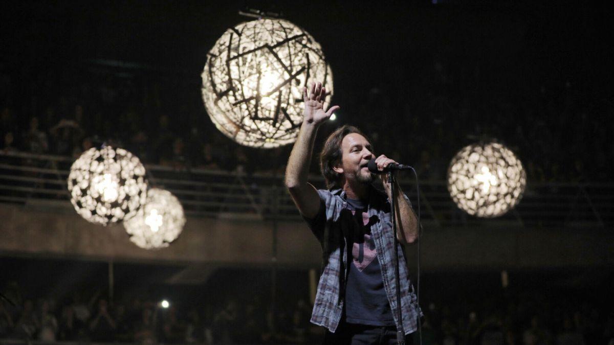 Pearl Jam impacta con su show más íntimo en Chile reuniendo a 17 mil personas en el Movistar Arena