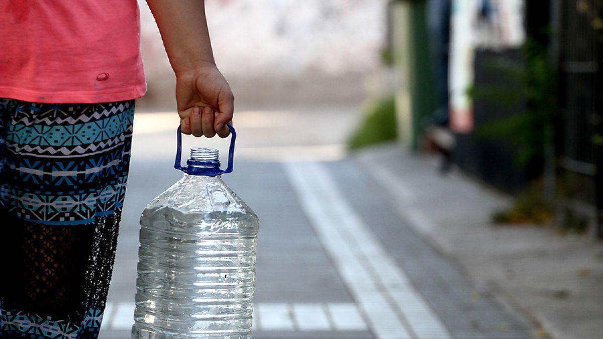 Aguas Andinas denunció vertimiento ilegal en acueducto con agua en La Reina