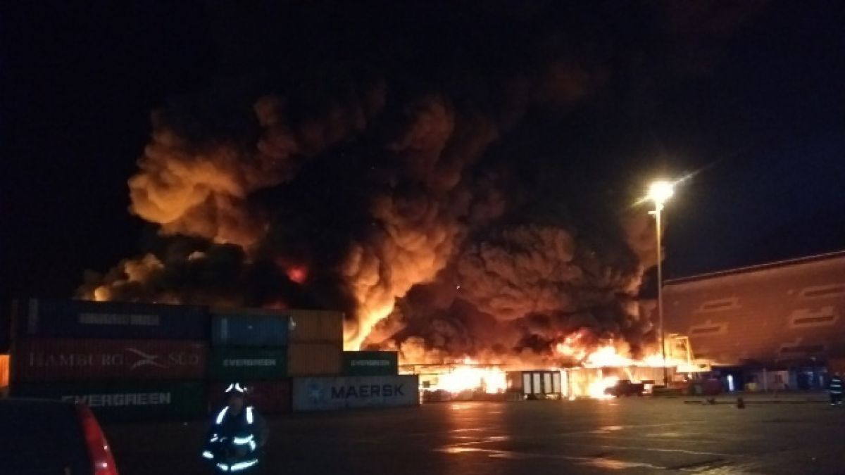 Controlan incendio en bodegas en el puerto de Iquique