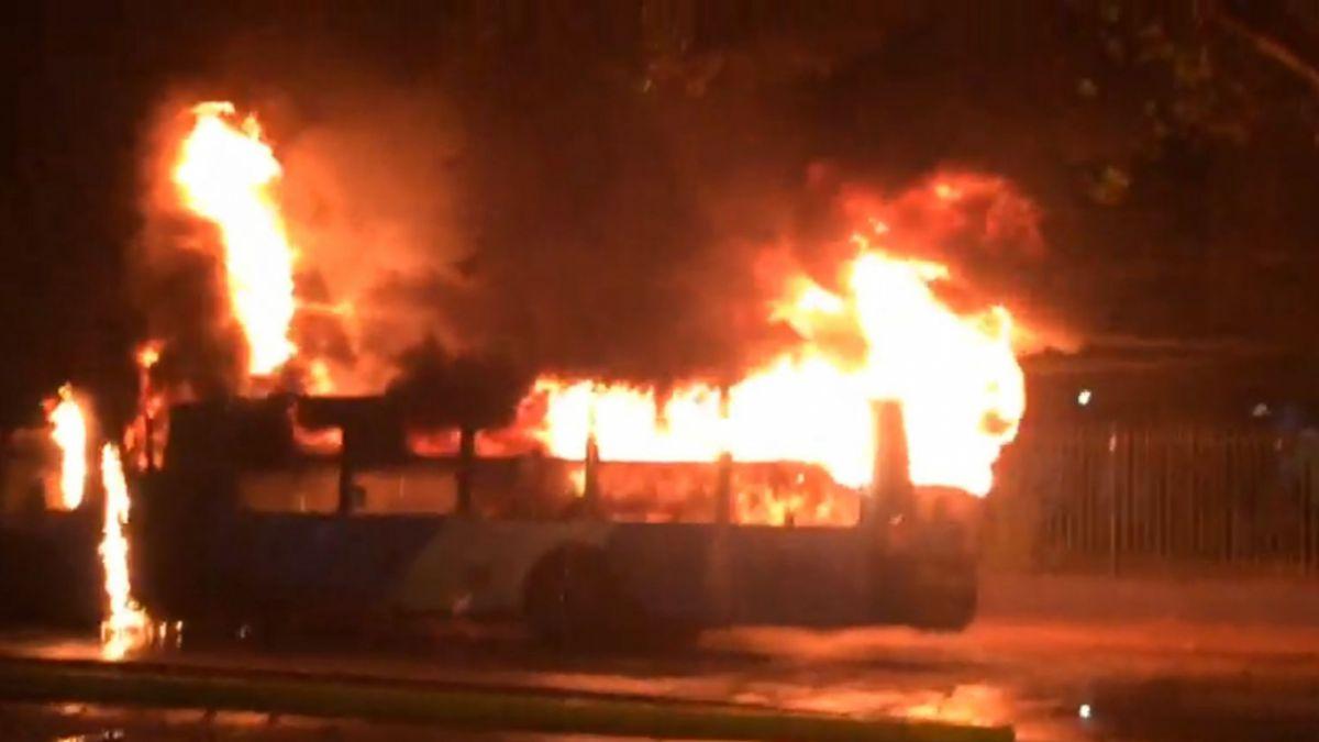 Bus del Transantiago resulta incendiado tras lanzamiento de bombas molotov