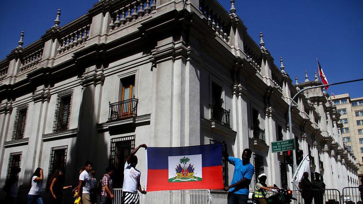 Resultado de imagen para Chile anuncia la regularización de inmigrantes y una visa de turismo para los haitianos