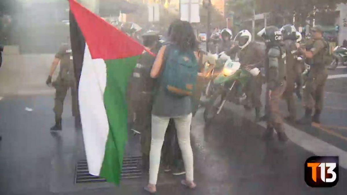 [VIDEO] Carabineros trata de disipar protestas fuera de la Embajada de EEUU tras bombardeos en Siria