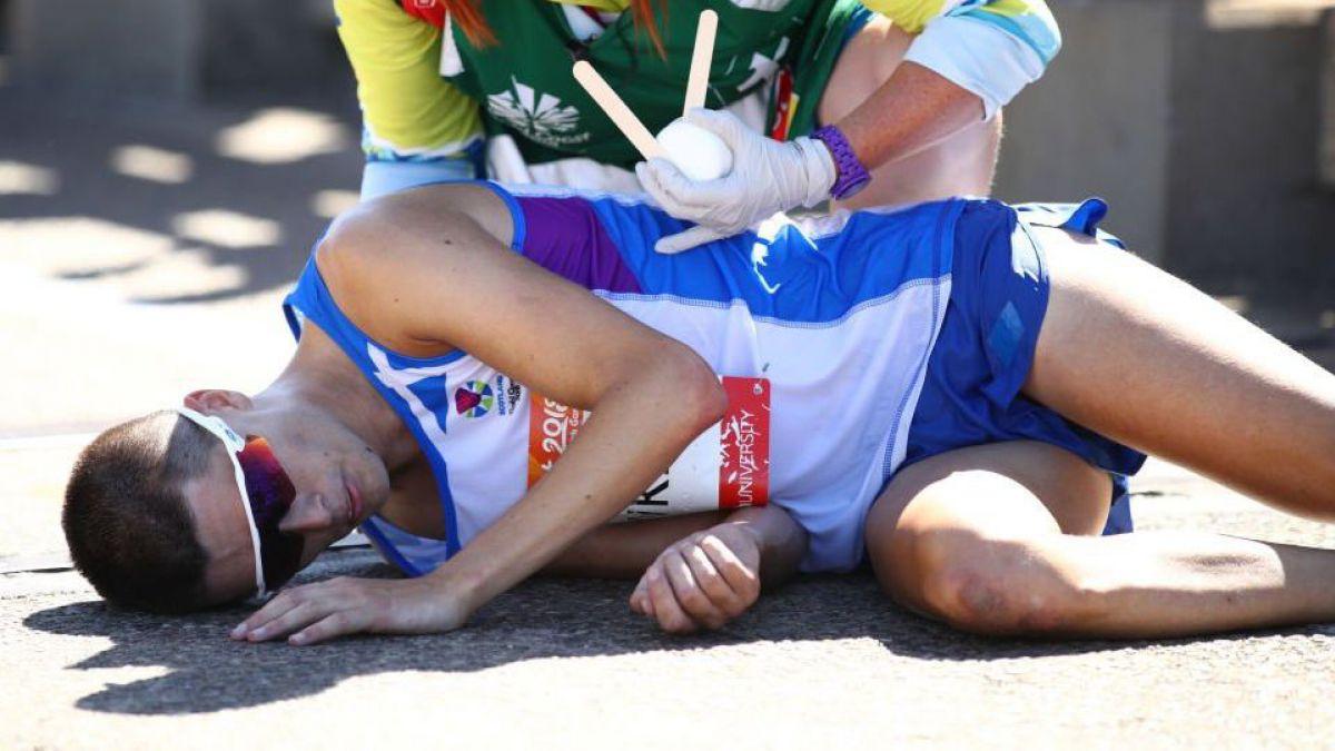 El desgarrador colapso del maratonista a dos kilómetros de la meta de la carrera que ganaba
