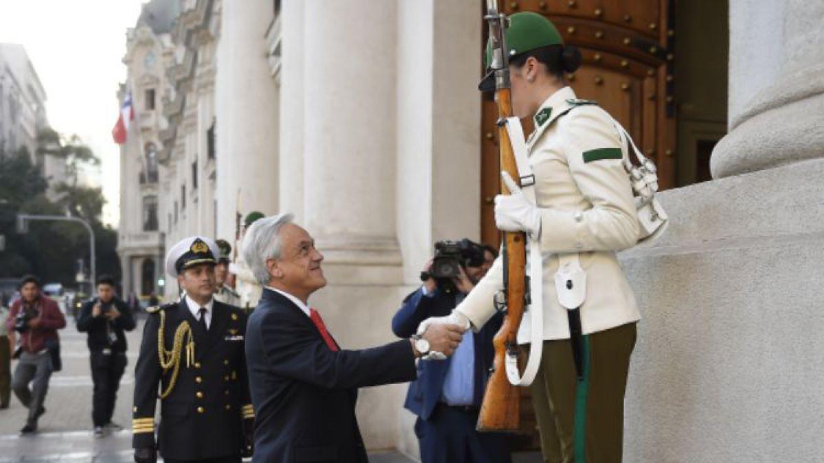 [VIDEO] Presidente Piñera da la bienvenida a primeras mujeres centinelas de La Moneda