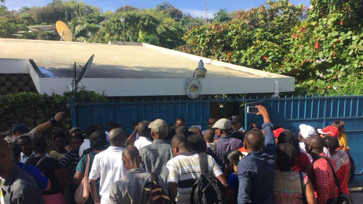 [VIDEO] Visa para haitianos: Alta afluencia de público en consulado de Chile en Puerto Príncipe