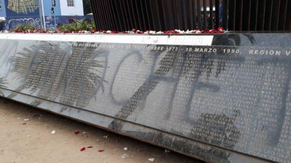 """[FOTOS] """"Viva Pinochet"""": el rayado que apareció en un memorial por Detenidos Desaparecidos"""