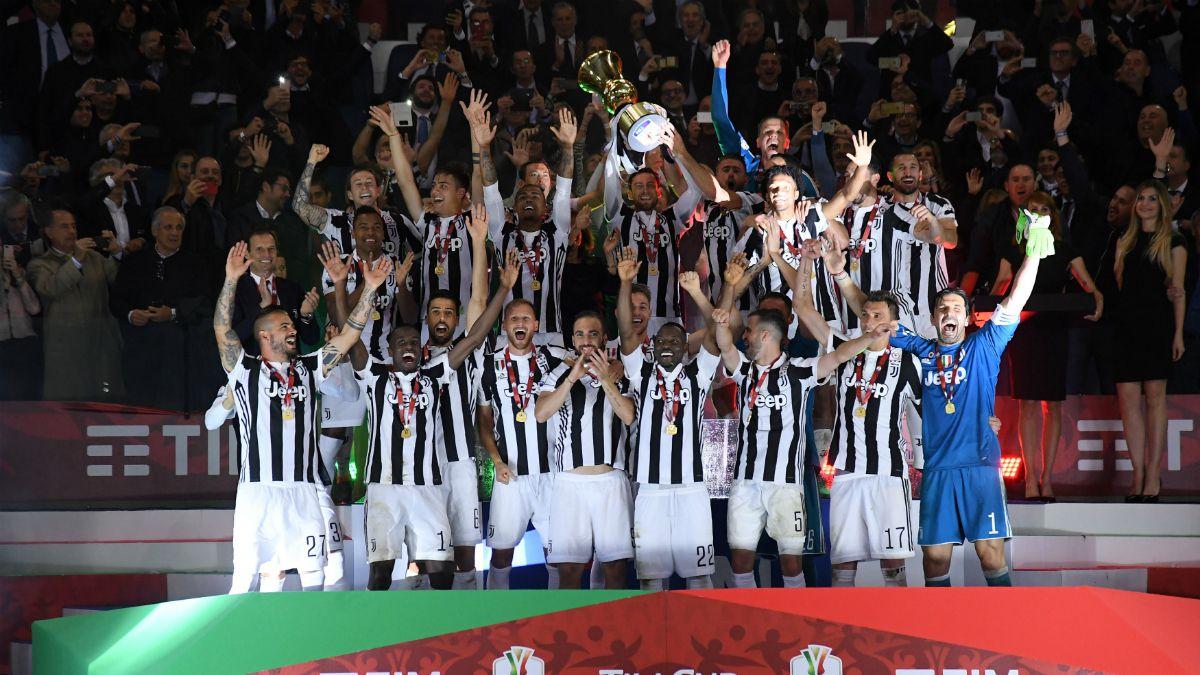 Juventus golea a AC Milan para levantar su cuarta Copa Italia consecutiva