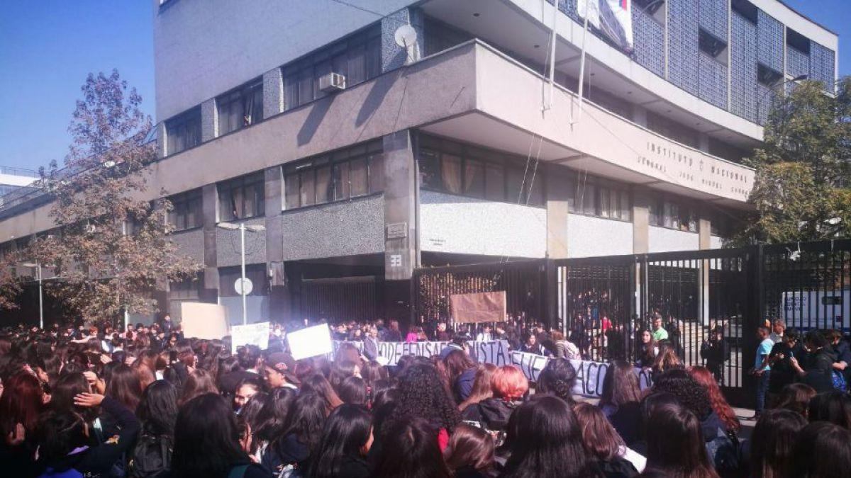 Frase machista en polerón de Instituto Nacional desató manifestaciones