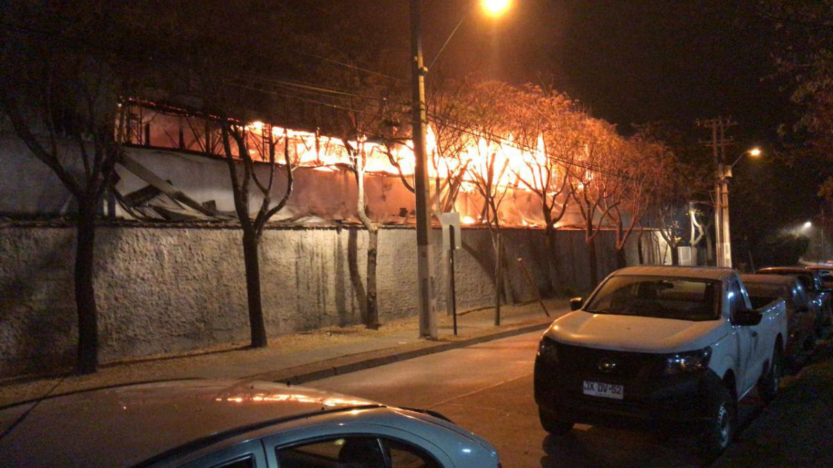 [VIDEO] Incendio afecta a supermercado Unimarc en Vitacura