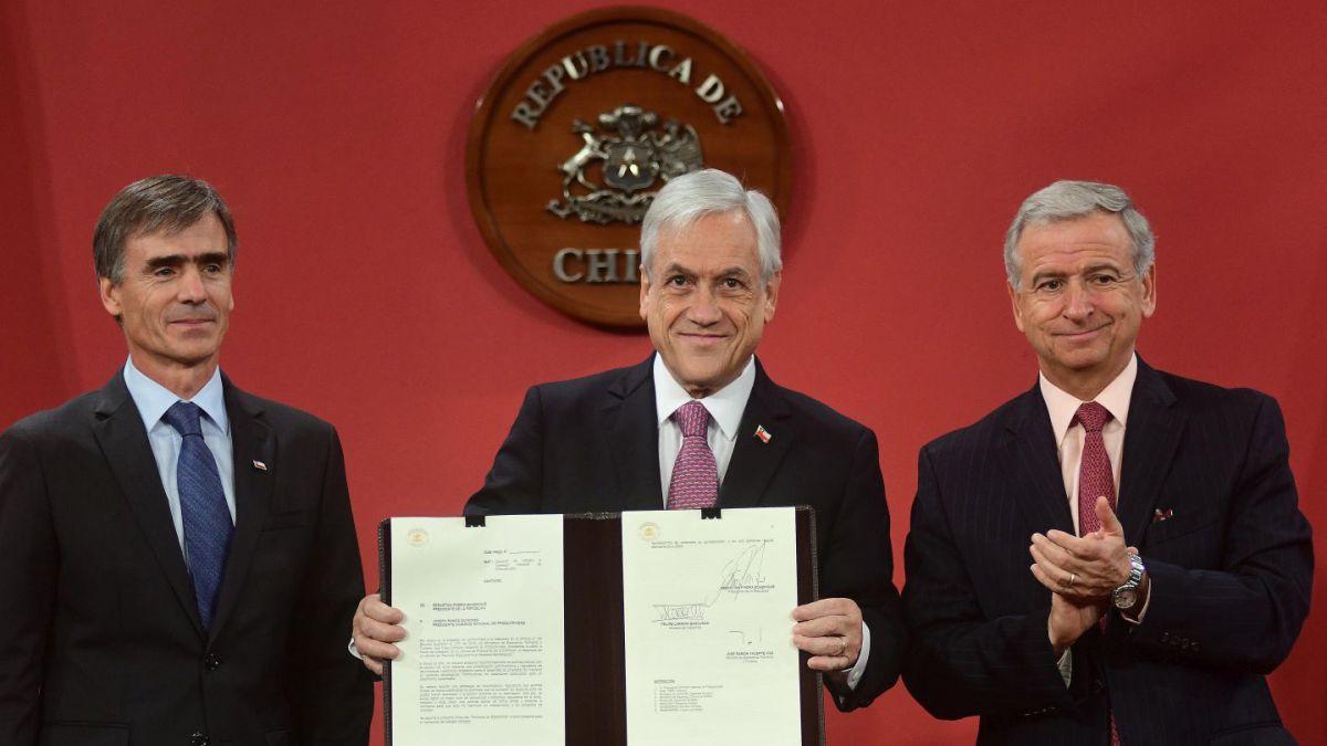 Piñera firma proyecto de Agenda Proinversión que recoge ideas del Gobierno anterior