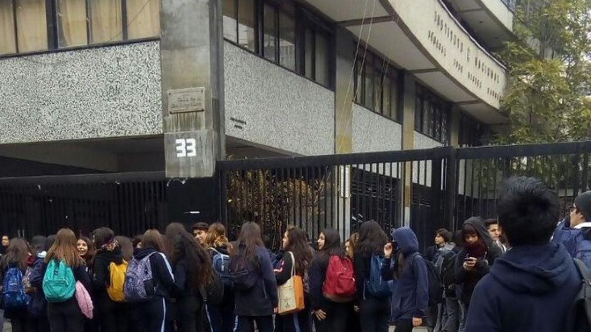 Insólito: Alumnas del Liceo Carmela Carvajal se tomaron el Instituto Nacional