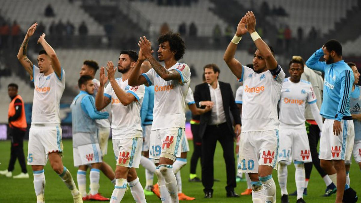 """[VIDEO] El insólito saque inicial al """"estilo rugby"""" del Olympique de Marsella"""