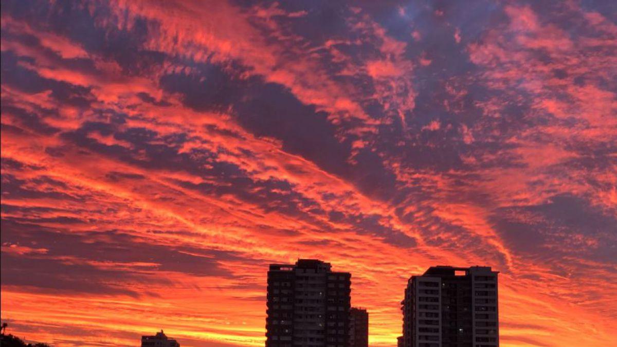 [VIDEO] ¿A qué se deben las nubes rojas en el atardecer de Santiago y Valparaíso?