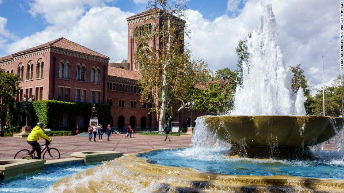 Ginecólogo de universidad de California acusado de conducta sexual inapropiada