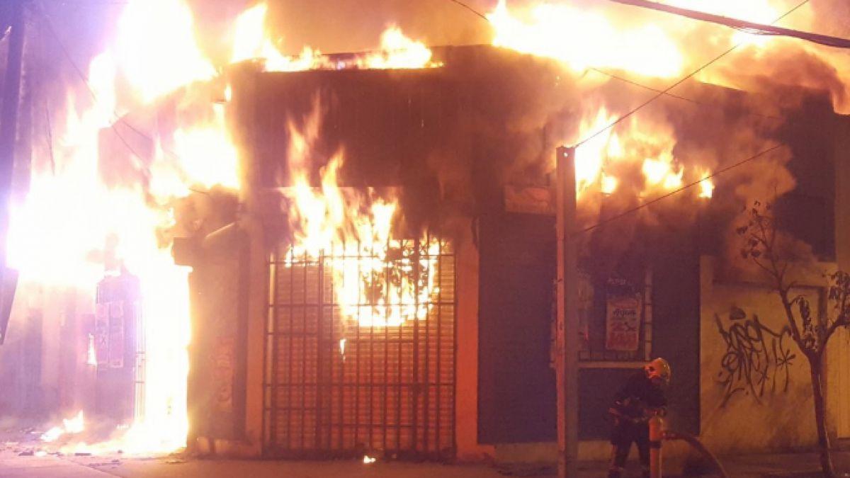 Incendio afecta a locales del barrio San Ignacio en Santiago Centro