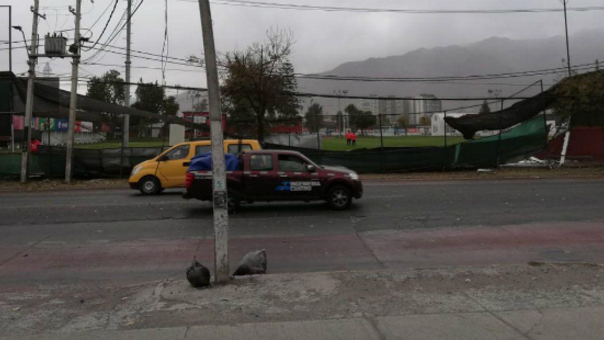 [VIDEO] Fuertes vientos provocan caída de muro en Juan Pinto Durán
