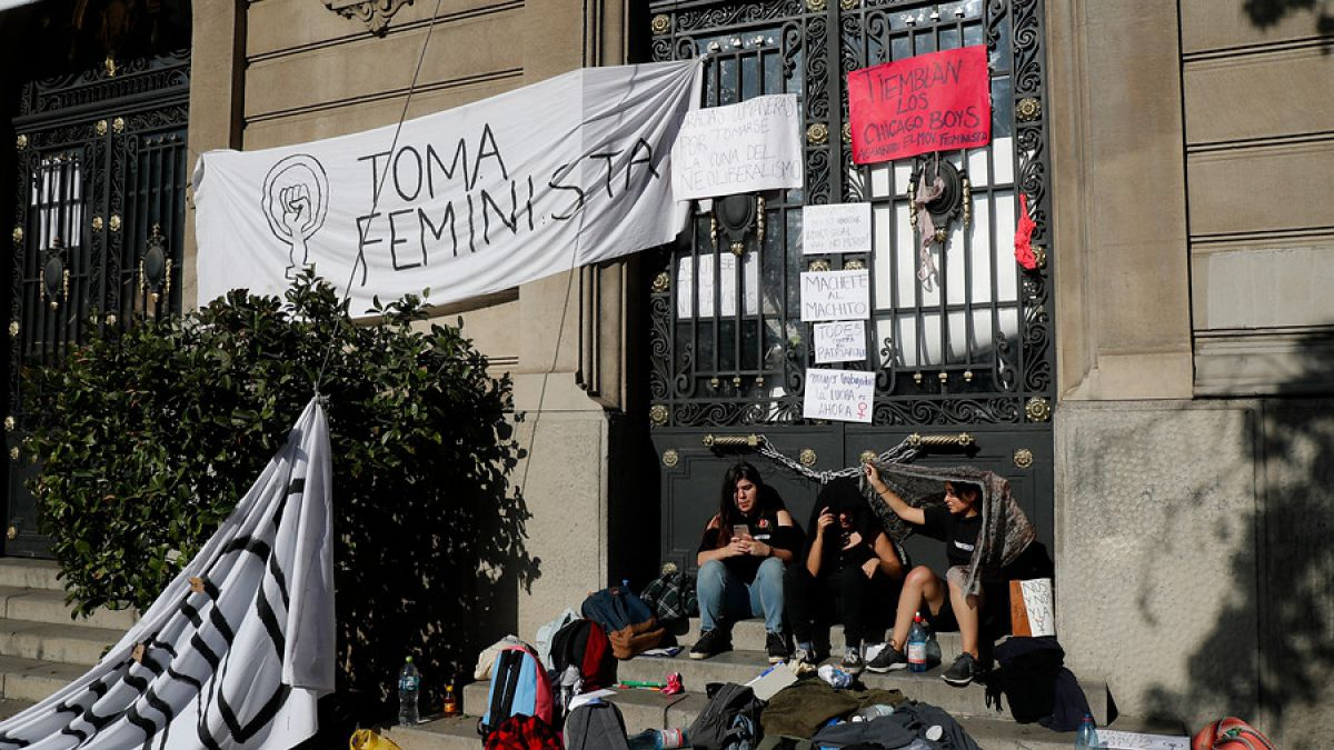 [VIDEO] Deponen toma feminista de la Casa Central de la Universidad Católica