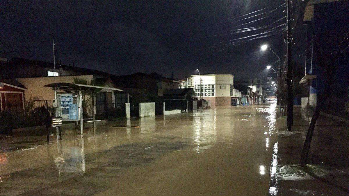 [VIDEO] Fuertes lluvias provocan anegamiento de calles en Tomé