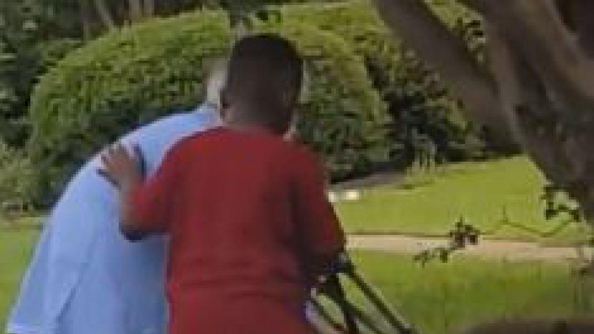 Un niño ayuda a mujer en problemas y el video se hace viral