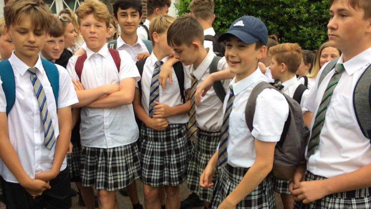 Colegio prohíbe a niños usar shorts y les propone faldas
