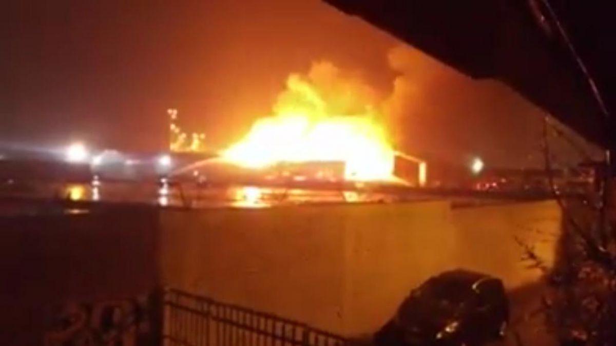 Gran incendio afecta a empresa papelera en Puente Alto