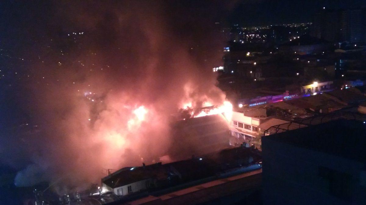 [VIDEO] Incendio en Santiago Centro consume dos locales comerciales