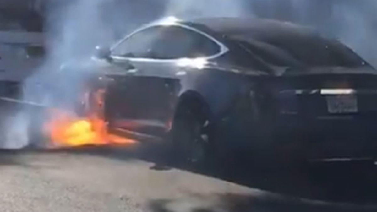 Un auto eléctrico se incendió en las calles de Los Angeles — EEUU